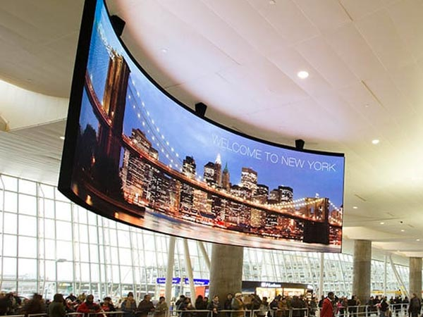 Pantallas led flexibles en aeropuertos y estaciones